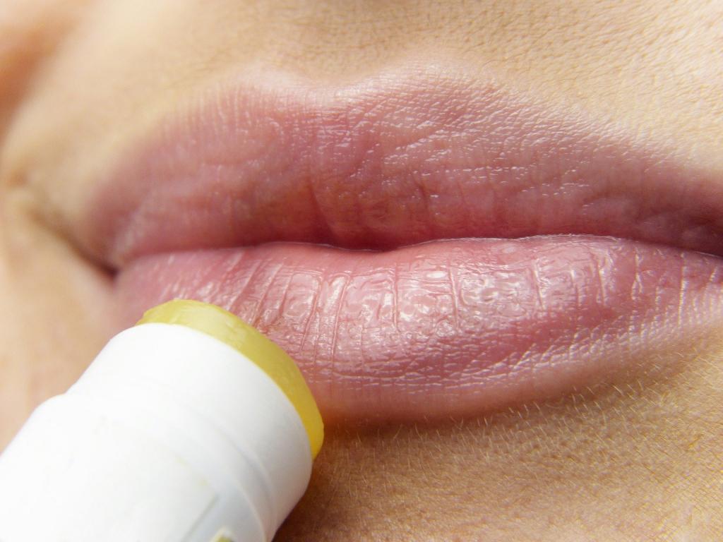 Что делать, если шелушатся и трескаются губы